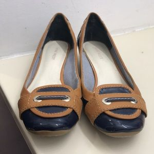 1 pair of women's shoes size 6.5 medium.